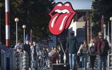 Een pilaar op de brug voor het Groninger Museum is voorzien van het logo van de Stones. Het blok eronder is verpakt in rits, geheel in geest met Unzipped The Rolling Stones.