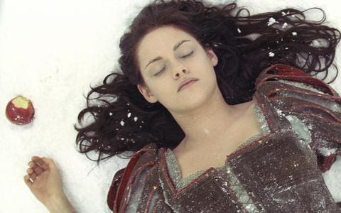 Kristen Stewart wacht in Snow White niet op de kus van een prins. FOTO UNIVERSAL PICTURES