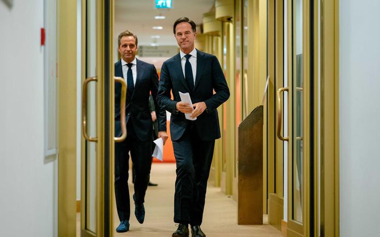 Premier Mark Rutte en minister Hugo de Jonge (Volksgezondheid, Welzijn en Sport) bij de vorige persconferentie in november. Foto: ANP