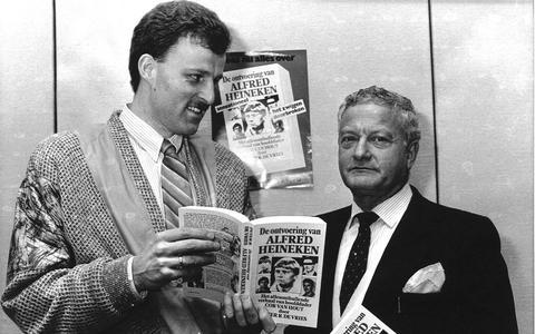 Peter R. de Vries en mr. Max Moszkowicz met het boek over de ontvoering van de biermagnaat Alfred Heineken.