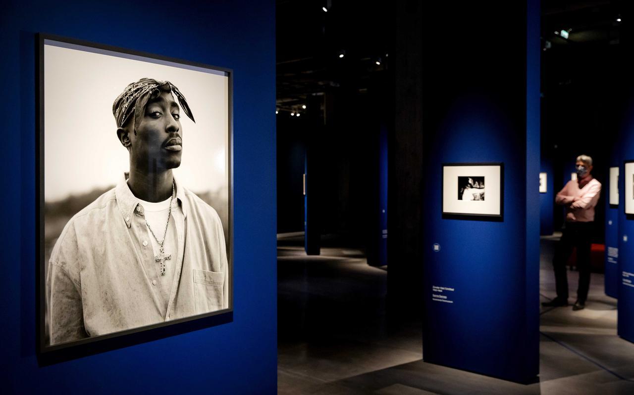 Tupac Shakur (1993) gefotografeerd door Dana Lixenberg. Te zien in de Eregalerij van de Nederlandse fotografie in het Nederlands Fotomuseum in Rotterdam.
