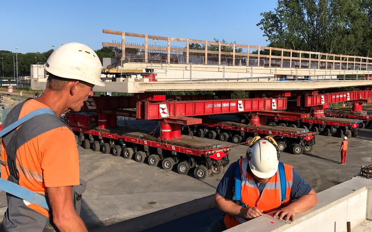 Sijbren Oenema geeft met een rode stip aan waar het nieuwe viaduct moet komen.