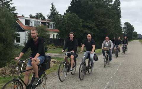 Onderweg op een oude fiets.