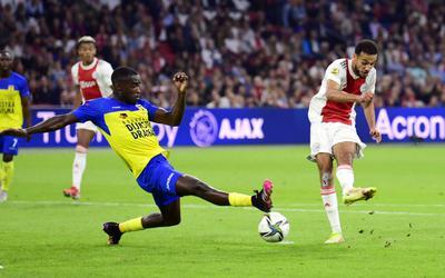 Alex Bangura is net te laat om een doelpunt van David Neres te voorkomen.