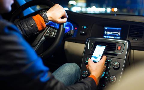 Muziek opzoeken, games spelen of navigatie instellen: meer automobilisten gebruiken telefoon tijdens het rijden