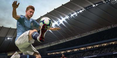 De Belgische voetballer Kevin de Bruyne zweeft door de lucht met de voet aan de bal in de game EA Sports Fifa 2019.