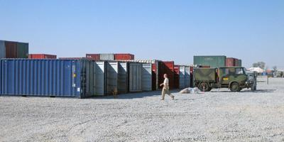 Op de vliegbasis in Kandahar in Afghanistan bleek dat de containers van het militaire transport nagenoeg leeg waren geroofd. FOTO JOHAN SMIT