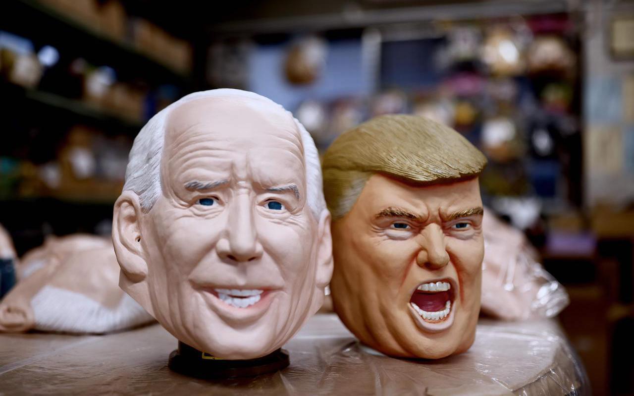 Maskers van Biden en Trump in een fabriek in Japan.