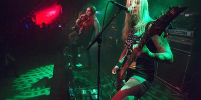 Death-metalband Sisters Of Suffocation op de preparty voor Into The Grave in Neushoorn. FOTO MARCEL VAN KAMMEN