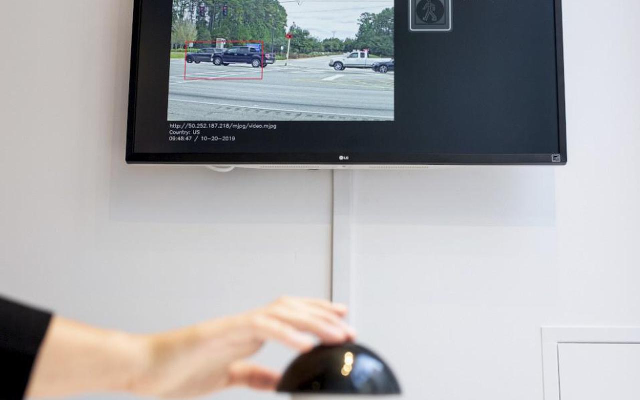 Je ziet iemand op een scherm door rood rijden of het voetgangerspad oversteken. Druk jij op de knop zodat diegene een bekeuring krijgt?