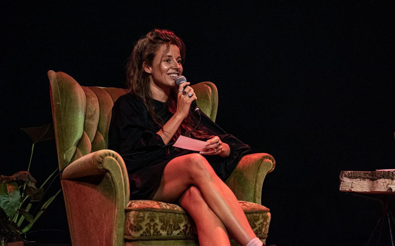 Celine Wierda ontvouwt de plannen van het Kultuer Kollektyf op festival De Broeikas.
