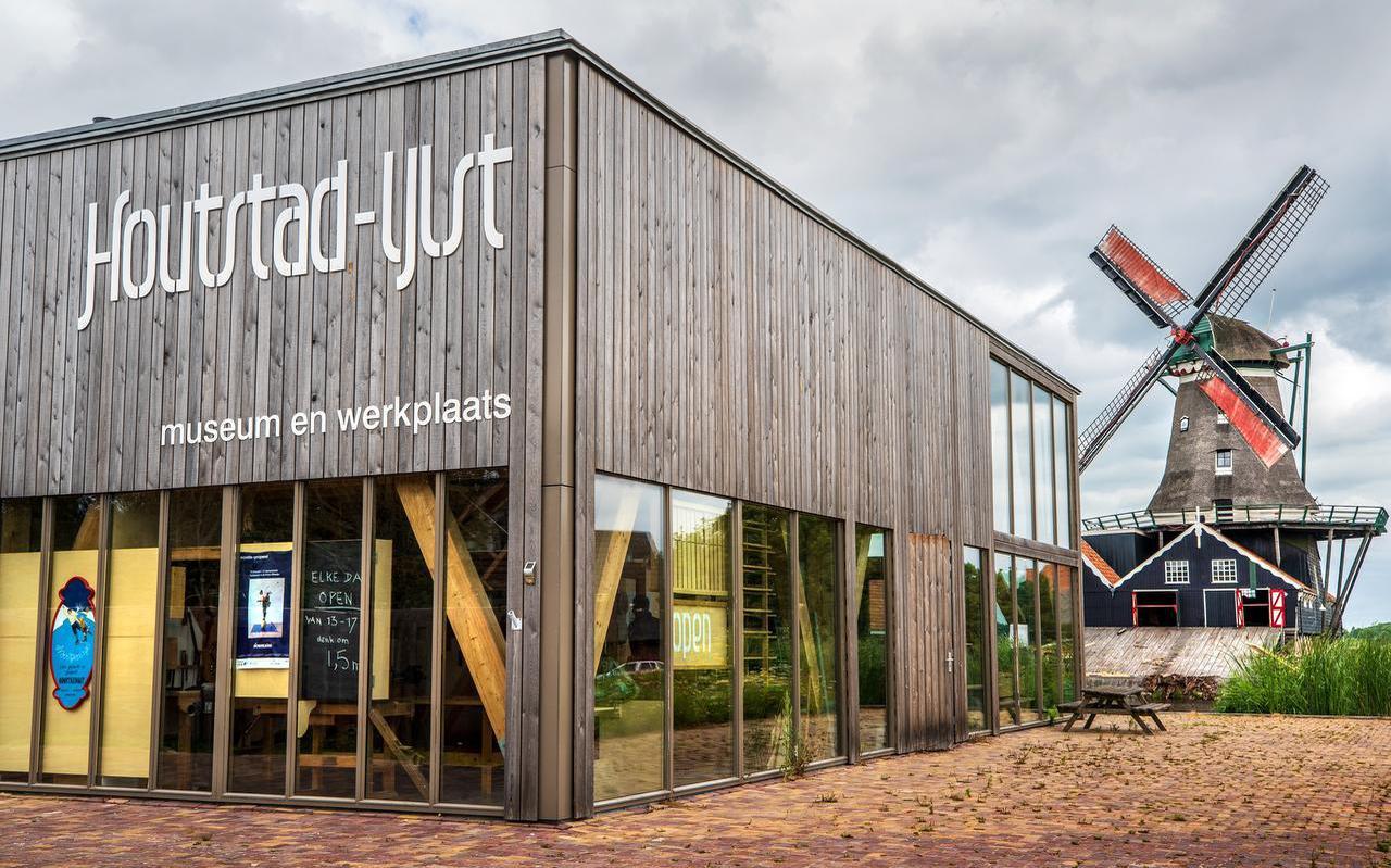 Met houtzaagmolen De Rat en de elfstedenfontein vormt Houtstad IJlst een compact cultureel centrum. Voor kinderen is er van alles te doen, ze mogen onder meer met een sjaal om in een winterlandschap poseren.