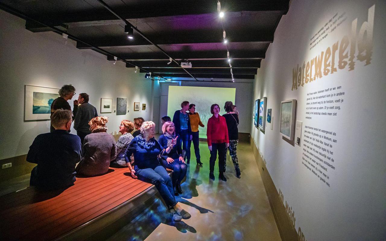 De tentoonstelling WaterWereld  in het Jopie Huisman Museum wordt donderdag geopend. Woensdag kregen de vrijwilligers van het museum een rondleiding.