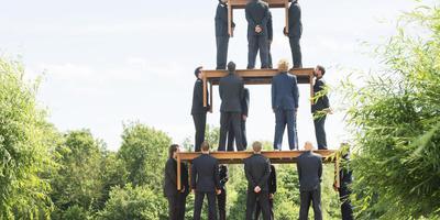De gestapelde mannen in het project Stasis van de Belgische kunstenaar Ruben Bellinkx, op de afgelopen editie van Welcome To The Village. FOTO MARCEL VAN KAMMEN