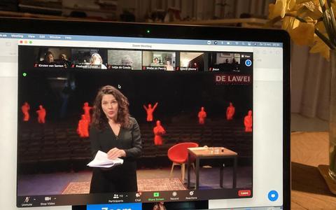 Actrice Marjolein Ley speelt haar deel van de voorstelling Wit konijn rood konijn in De Lawei in Drachten. FOTO LC