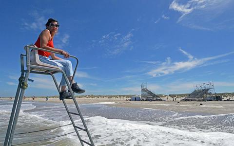 Julie Van den Berghe maakt theater met de naaldhakken in het zand