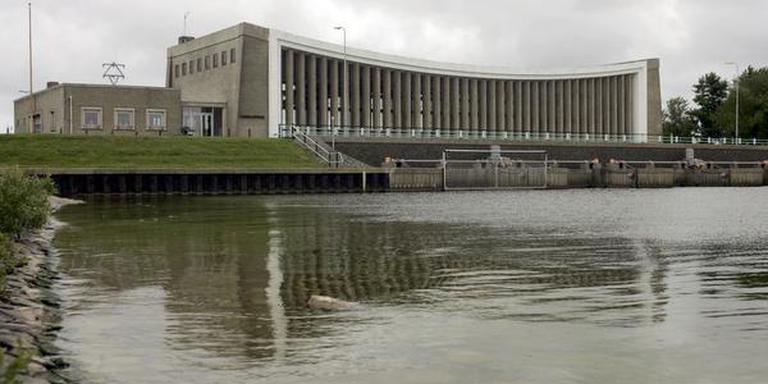 Het Hooglandgemaal in Stavoren van architect Piet de Vries geldt als een toonbeeld van moderne architectuur. ,,Zo lijkt het modernisme wonderlijk genoeg bij Friesland te horen'', schrijft Huub Mous in De Fries die in de toekomst sprong.