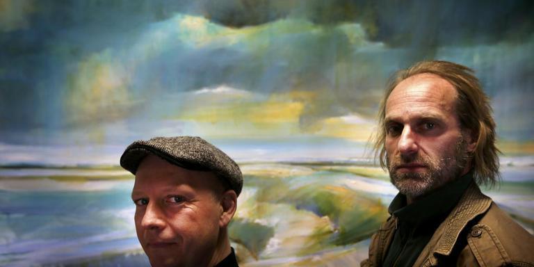 Hein Jaap Hilarides en Hendrik Elings voor een schilderij van Elings. Als 'Bildtse kwartiermakers' brengen ze in Franeker de voorstelling Stimd slik . FOTO CATRINUS VAN DER VEEN