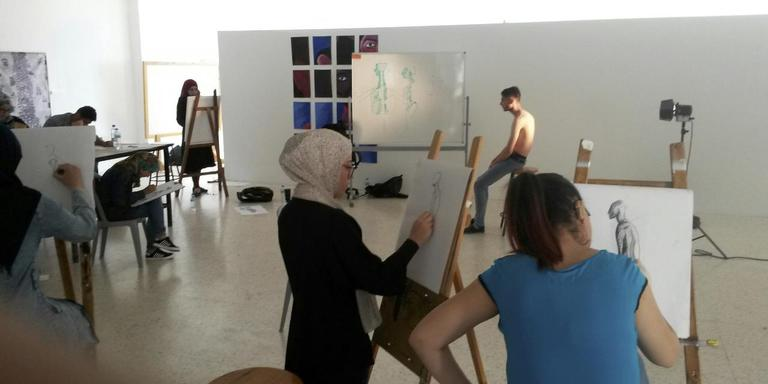 Studenten van de Dar Al-Karima Universiteit in Bethlehem staan model voor elkaar.