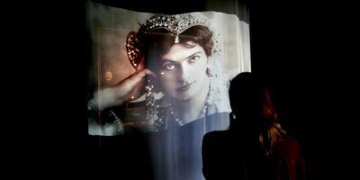 Sleutelmomenten uit het leven van Mata Hari en verschillende atmosferen in de tentoonstellingszalen van het Fries Museum. FOTO CATRINUS VAN DER VEEN