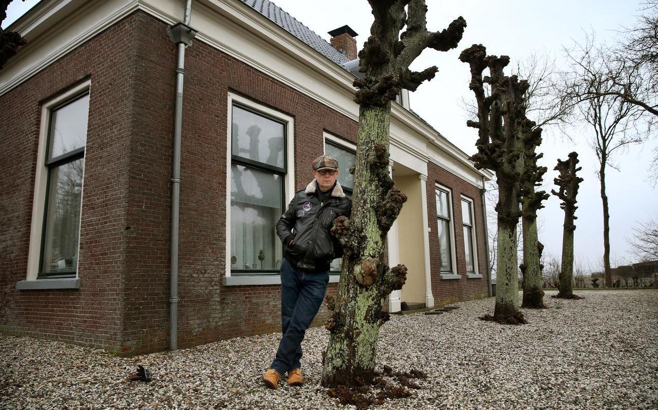 Skriuwer Hein Jaap Hilarides foar de pleats De Bouckhorst, dy't in rol spilet yn syn nije roman 'Beppe Xenia'.