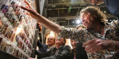 Het raamwerk met DNA-buisjes, gevuld met verhalen van Friezen, werd vrijdag onthuld. FOTO NIELS WESTRA
