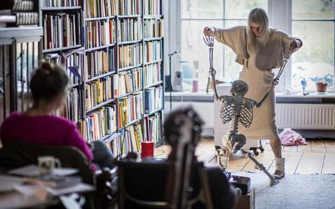 Zo ziet dat eruit, Dette Glashouwer die als actrice en theatermaakster in huiskamers met een skelet danst
