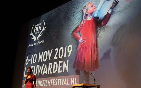 Directeur Jacqueline Schrijver tijdens haar openingstoespraak van het Noordelijk Film Festival. FOTO HOGE NOORDEN/JAAP SCHAAF