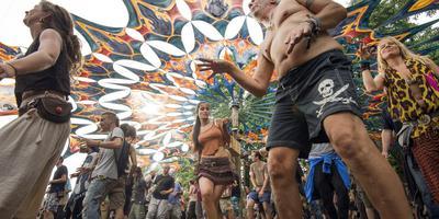 Dansen op Psy-Fi onder een dak in zinsbegoochelende, fluorescerende kleuren. FOTO MARCEL VAN KAMMEN