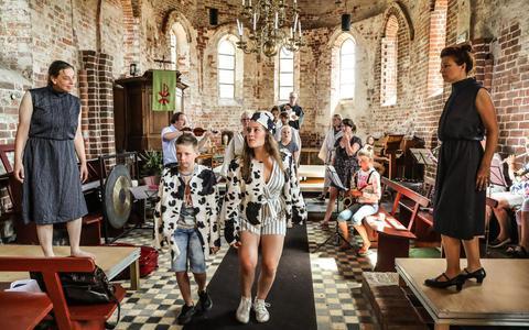Repetitie voor Under de Toer in de Sint Jans Kerk in Hoorn op Terschelling. In deze voorstellingen in het kader van LF2018 komt alles terug wat de Friese taal en cultuur typeert.