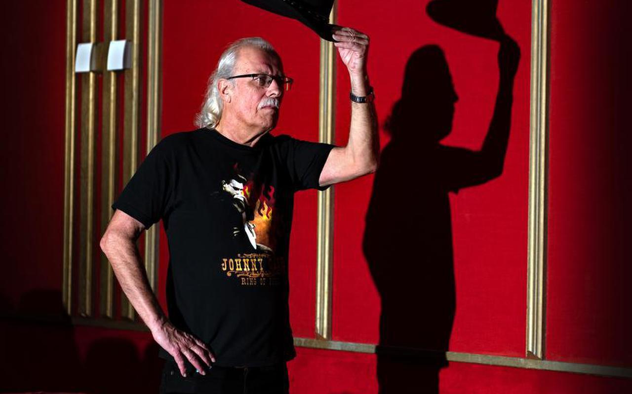 Gepensioneerd popjournalist Harry de Jong, gaat met zijn verhalen het theater in.