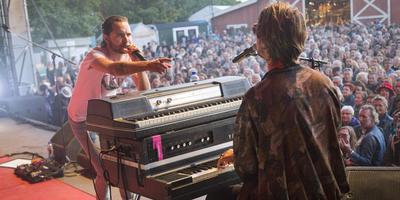 Jett Rebel (links) tijdens zijn show op Westerkeyn. FOTO MOON SARIS