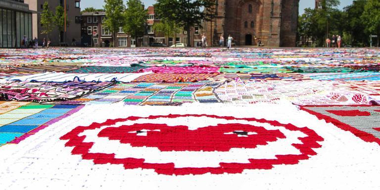 Sneak preview op het Oldehoofsterkerkhof van wat in 2018 de grootste gehaakte deken ter wereld moet worden: 28.000 vierkante meter. Op de voorgrond het logo van LF2018.