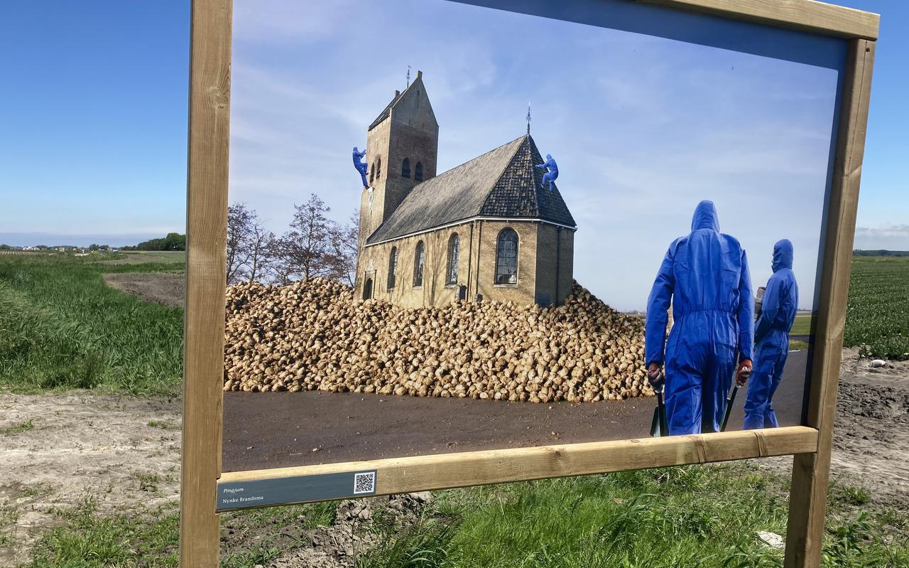 Fotowerk van Nynke Brandsma langs de Rommerdalaan: de kerk van Pingjum wordt bestormd door 'mannen in blauwe pakken'.