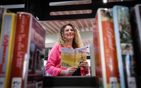 Leesconsulent Ivenka Gerbrandy gidst jonge lezers door boekenland: 'Als kinderen een boek hebben dat ze echt pakt, heb je ze om'