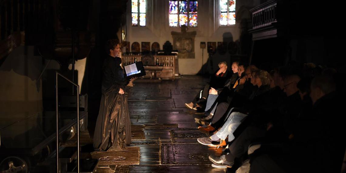Sneeuw, zang, lichtprojecties en oproer in de Grote Kerk.