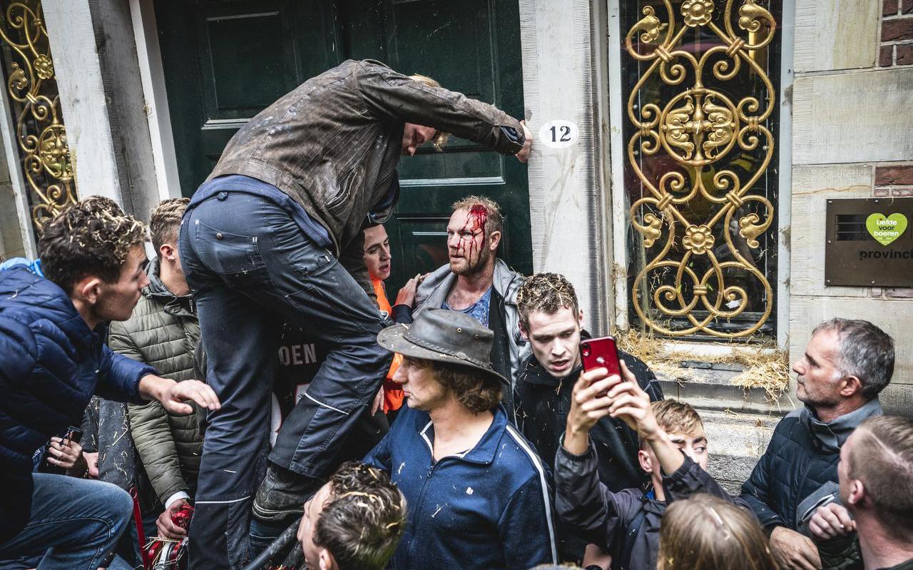 Boeren bestormden in oktober vorig jaar het provinciehuis in Groningen, omdat provincies overwogen niet-benutte stikfstofruimte van vergunningen van veehouderijen in te nemen.
