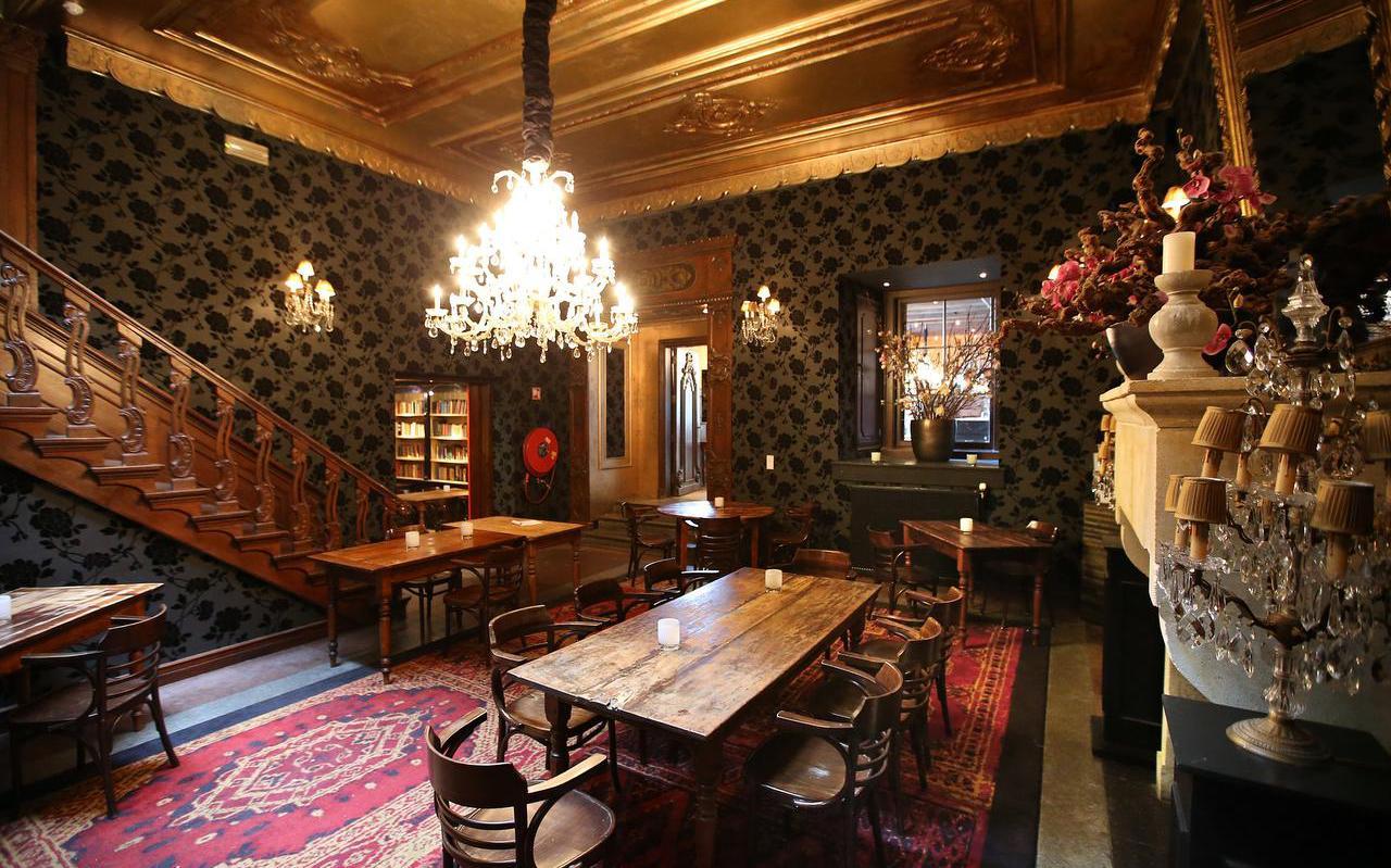 Vastgoedondernemer Berend van Straten heeft het pand aan de Nieuwestad gekocht waar restaurant Humphrey's in gevestigd was: ,,Als je hier binnen bent, geloof je je ogen niet. De haardpartijen, dat interieur.''