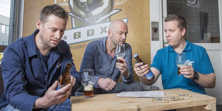 Victor Küppers, Armand Haan en Tim Remmerswaal proeven elk biertje eerst zelf, voordat het in het pakket van Beerinabox gaat. FOTO MARTIN MOOIJ