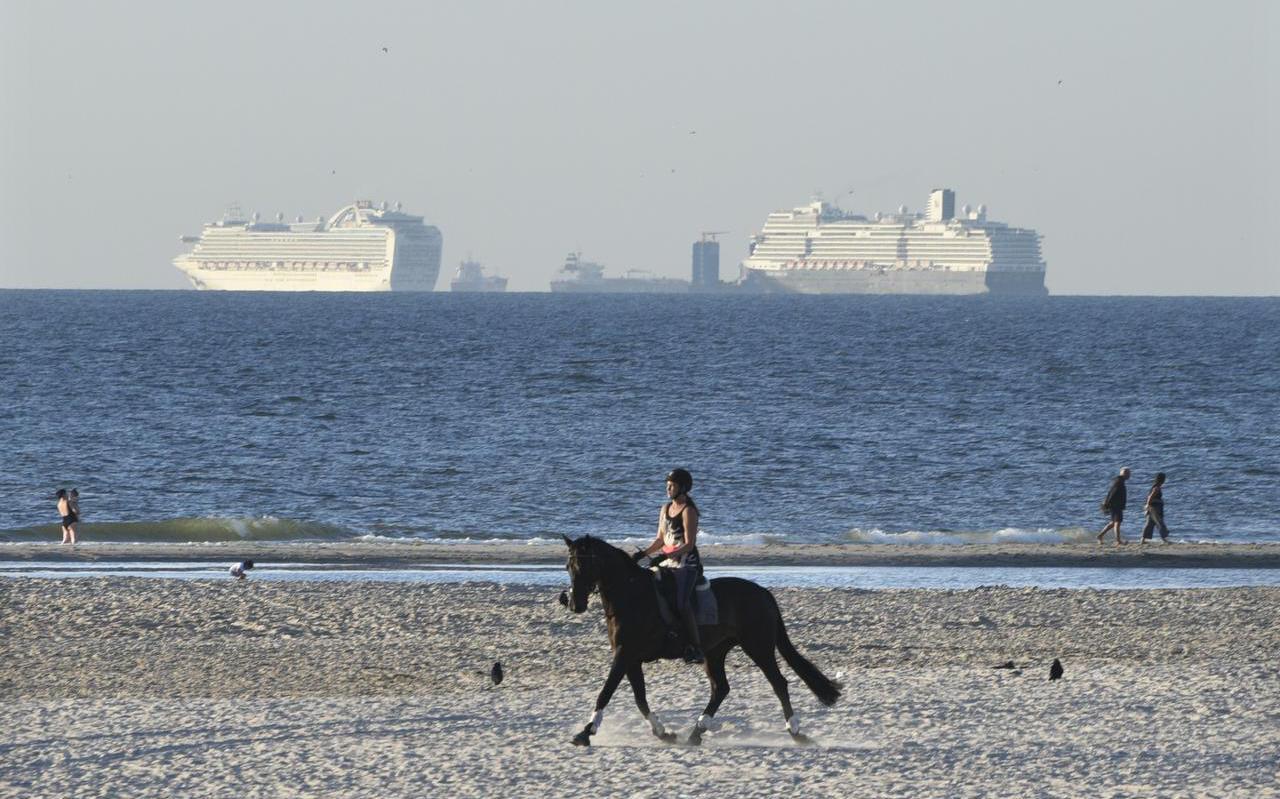 Stilgevallen cruiseschepen voor Kijkduin bij Scheveningen. Aan boord zijn alleen nog bemanningsleden, van wie de meesten maandenlang niet thuis zijn geweest.
