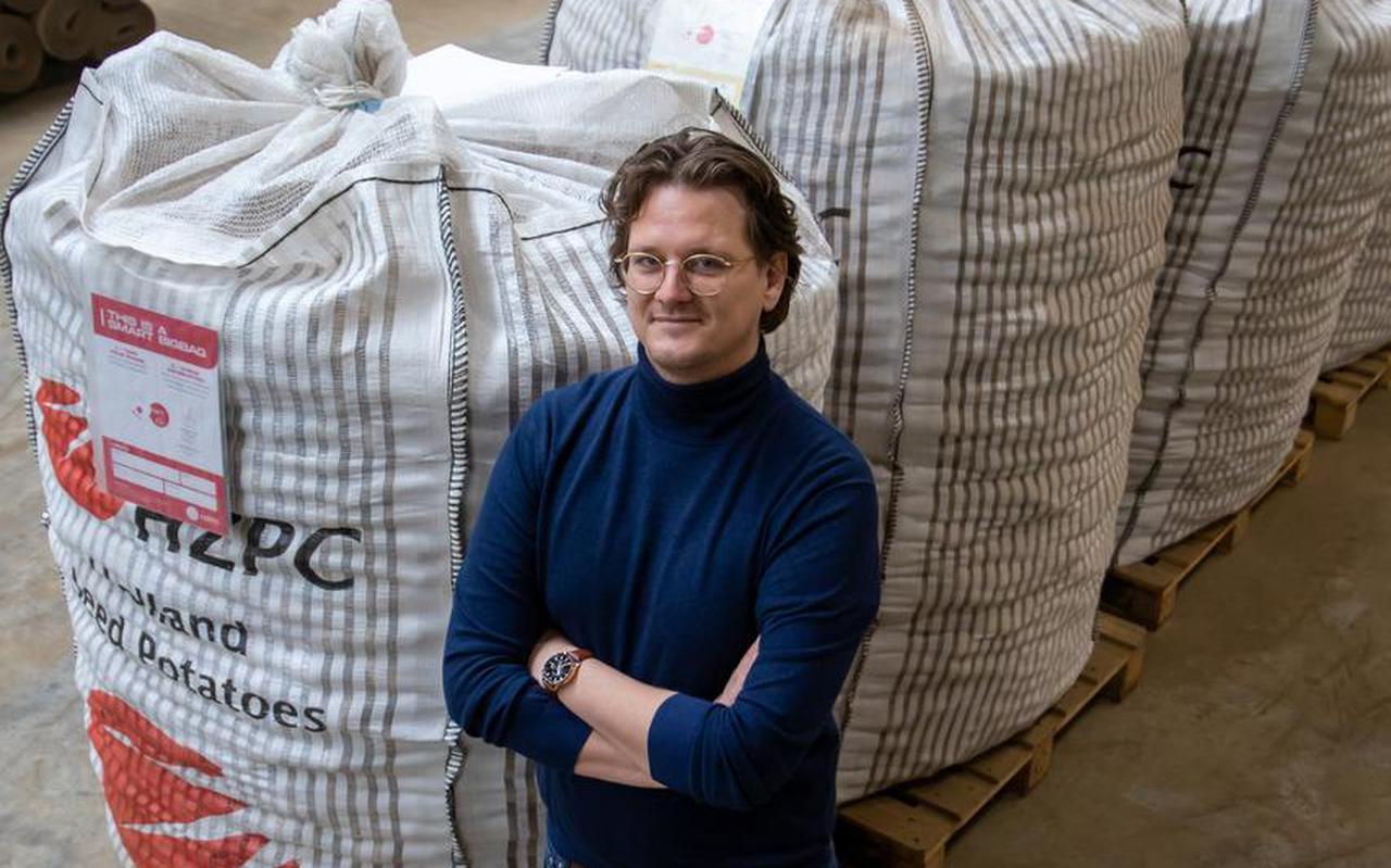 Niels Postma van Tapp.online bij de slimme aardappelzakken die hij voor HZPC ontwierp.
