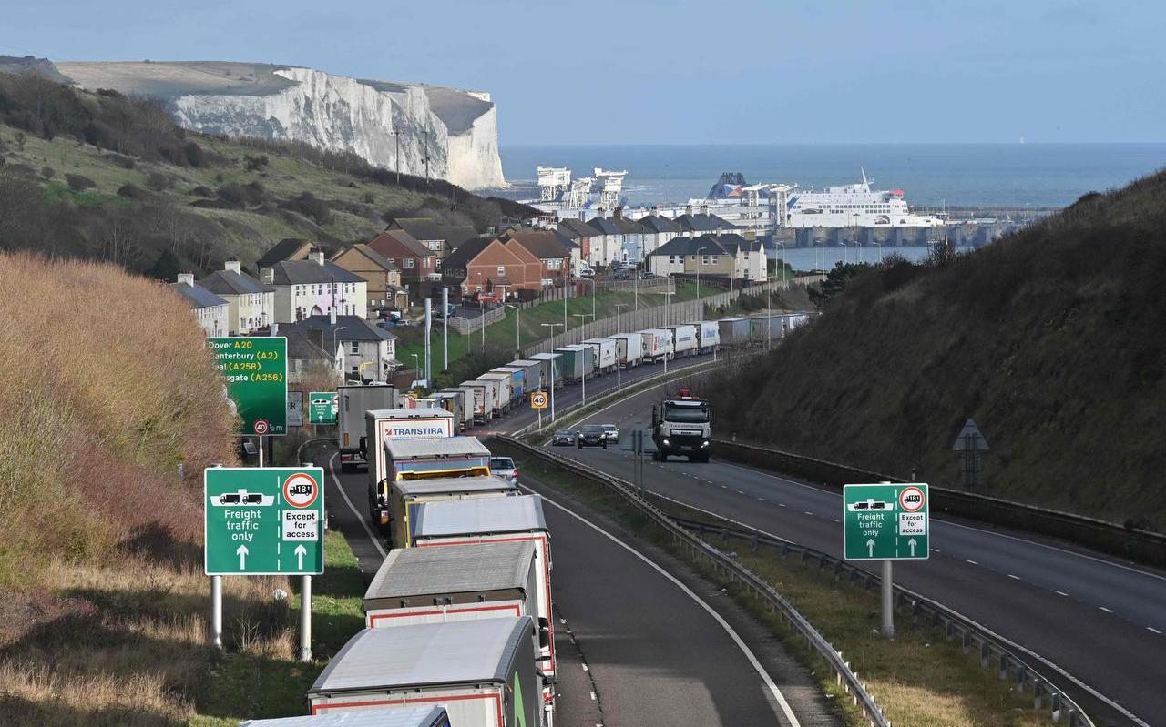 Aan beide kanten van Het Kanaal, zoals hier in Dover, zijn de wachttijden voor de grens inmiddels al dramatisch opgerekt.