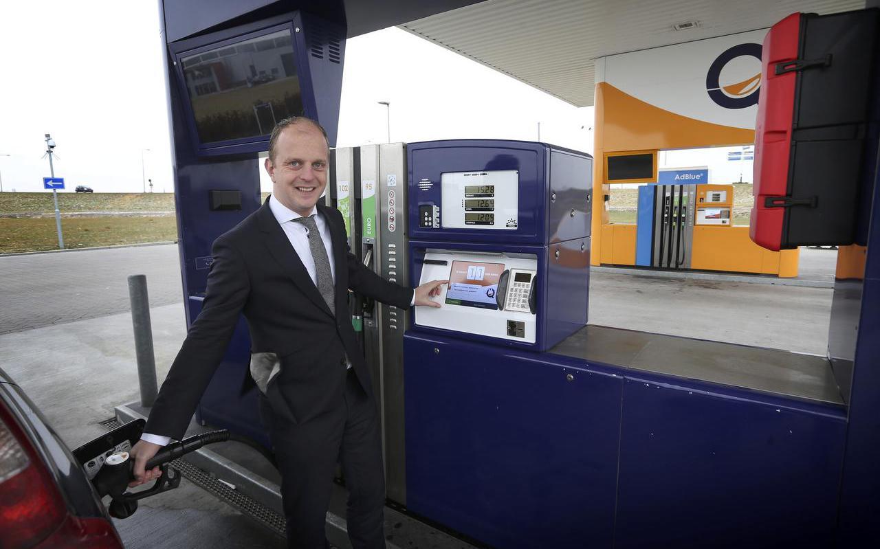 Jan-Harmen Akkerman bij het tankstation van TanQyou in Franeker. FOTO CATRINUS VAN DER VEEN