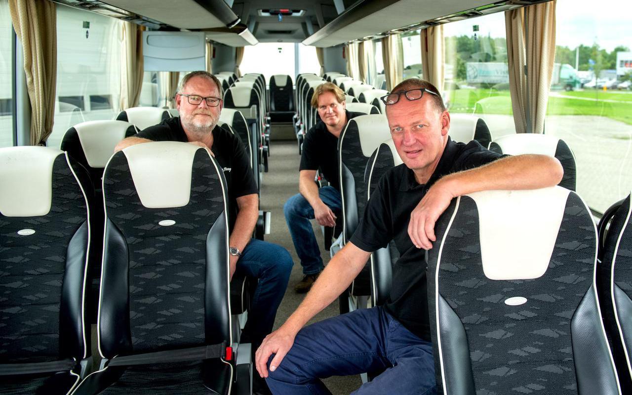 De broers Jan (links), Gurbe (achter) en Paulus Paulusma in een lege touringcarbus.