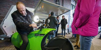 Voor de Elfwegentocht is de deelnemer niet veroordeeld tot het openbaar vervoer, de fiets of de benenwagen. Leasebedrijven bieden een bont scala aan 'fossielvrije' voertuigen, soms met een hypermodern voorkomen. Deze elektrische Johammer kan men voor 600 euro een week huren. FOTO RENS HOOYENGA