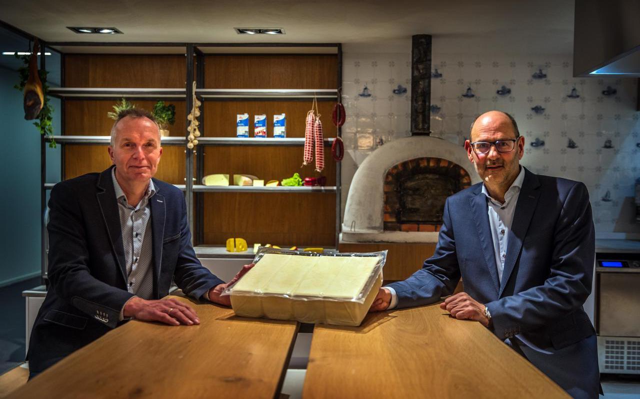 Koen Veldman (links) en Klaas de Jong met een blok mozzarella van 10 kilo.