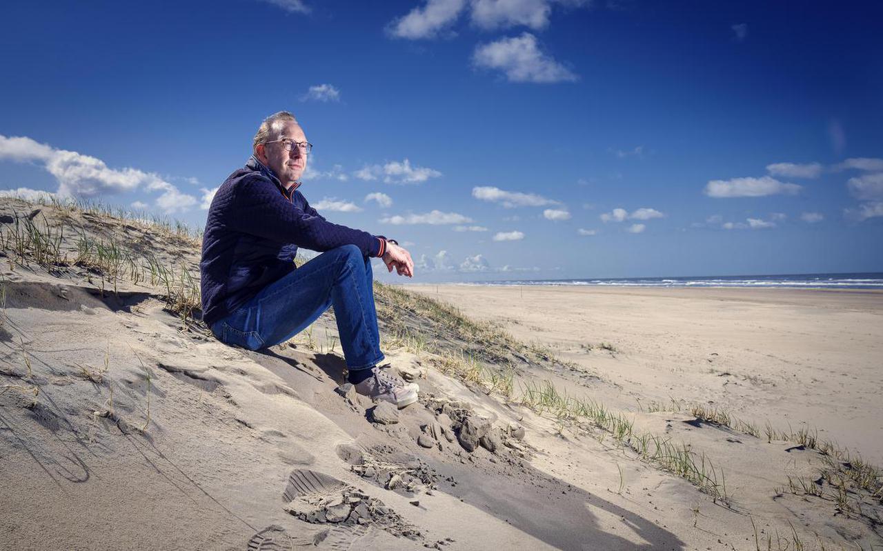 """Martin Hendriksma op de plek die hem zo lief is. """"Het strand is van ons allemaal, en dat is heel wat in dit verkavelde land."""""""