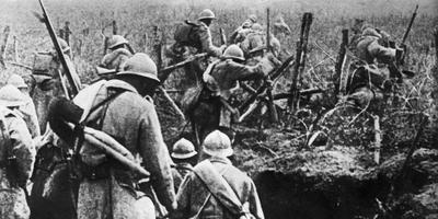 Franse soldaten voeren tijdens de Eerste Wereldoorlog een aanval uit in de buurt van Verdun. FOTO AFP