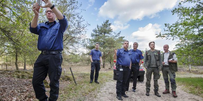 Brandweer en Staatsbosbeheer doen een schouw in het Drents-Friese Wold. FOTO RENS HOOYENGA