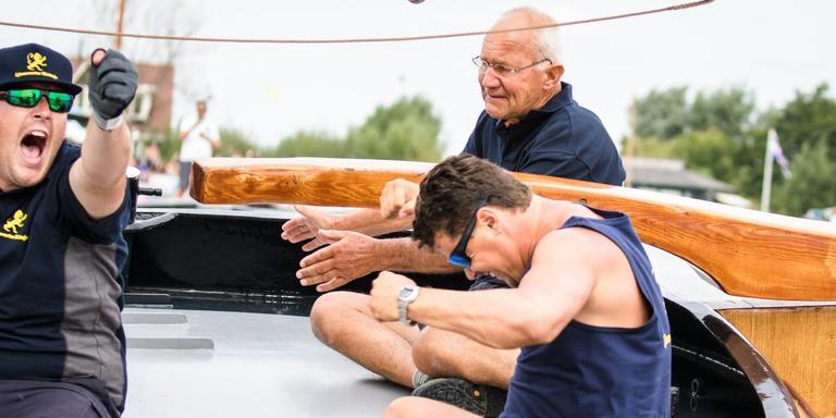 Schipper Willem Zwaga balt zijn vuisten nadat hij met de Rienk Ulbesz als eerste over de finish is gekomen. FOTO TOM COEHOORN